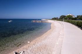 Oblázková pláž na kraji letoviska