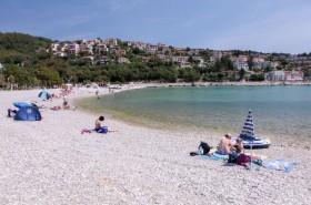 Oblázková pláž s pozvolným vstupem do vody