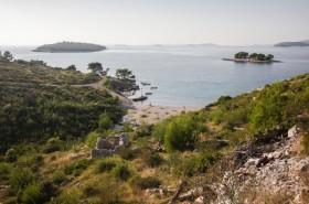 Menší oblázková pláž Lokvica