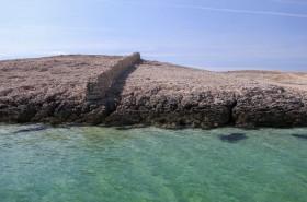 Kamenitý povrch ostrova mezi plážemi