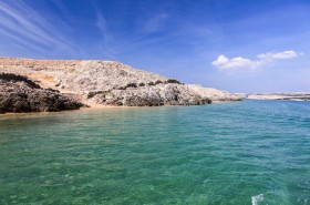 Pohled z moře na protější část ostrova