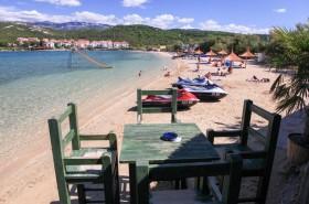 Pohled z baru na pláž