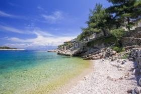 Oblázková pláž s opalovacím molem
