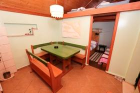 Jídelní stůl s posezením, nad kterým se nachází mezonet