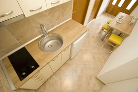 Kuchyňský kout a vchod do apartmánu
