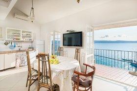 Kuchyňská linka s jídelním koutem- Pohled na moře