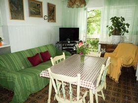 Obývací část a pohovka na rozložení