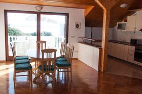 Vybavení obývacího pokoje s kuchyňským koutem