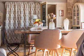 Jídelní stůl v obývací části