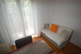 Pohovka na rozložení v obývacím pokoji