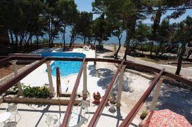 Výhled z terasy na bazén a moře