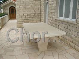 Velký kamenný stůl za domem u krbu