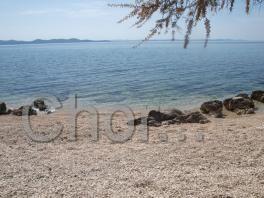 Pláž a křišťálově čistá voda v letovisku Zadar-Diklo