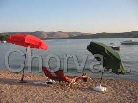 K dispozici lehátka a slunečník na pláž zdarma
