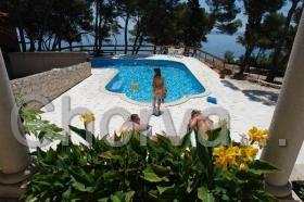 Pohled ze společné terasy na bazén a moře