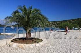 Oblázková pláž v zátoce Tri Luke