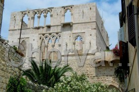 Nedokončený gotický palác básníka P. Hektoroviće