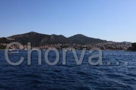 Pohled na město Hvar z moře