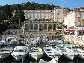 Část přístavu a městská lodžie