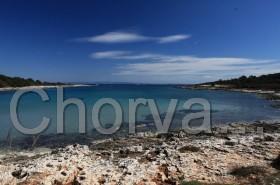 Tyrkysové moře v zátoce na Kamenjaku