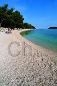 Oblázková pláž v Rovinji