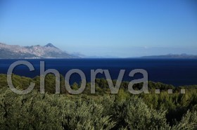 Pohled na Makarskou rivieru a ostrov Hvar