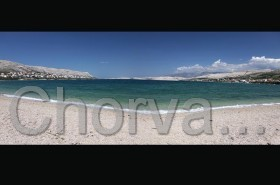 Oblázkové pláže v letovisku Pag