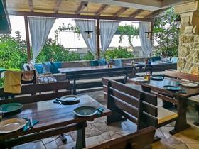Prostorná společná terasa připravená na večeři