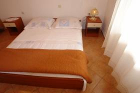 Manželská postel v třetí ložnici