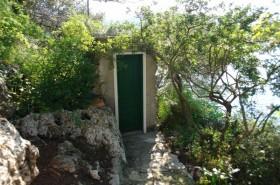 WC stojí několik metrů od domu
