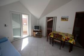 Ložnice je od obývací místnosti oddělena posuvnými dveřmi