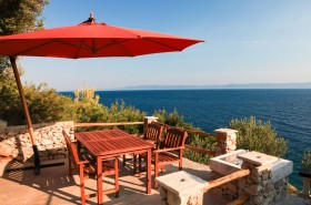 Stíněná terasa s výhledem na moře