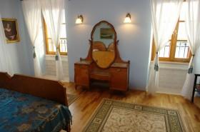 Starobylé zrcadlo v ložnici