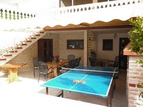 Společná terasa před apartmány se stolním tenisem