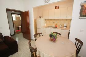 Prostorný obývací pokoj a kuchyňka