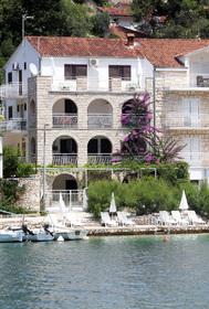 Pohled na vilu a její prostorné terasy od moře