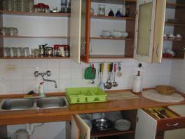 V kuchyni je dostatek nádobí