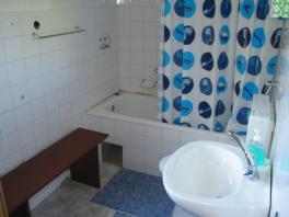 Koupelna s vanou a WC v apartmánu v přízemí