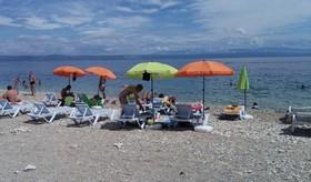 Pláž s lehátky