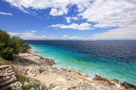 Kamenná pláž a výhled na moře