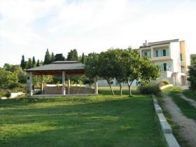 Celkový pohled na dům a okolí
