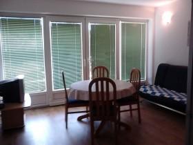Jídelní kout a obývací pokoj s TV