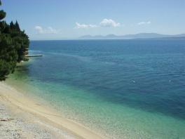 Pohled přes pláž na poloostrov Pelješac