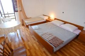 Druhá ložnice s manželskou postelí a přistýlkou