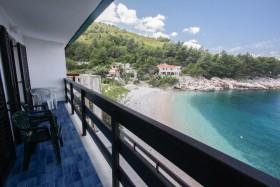 Pohled na pláž z balkonu