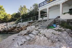 Z terasy vedou schody na pláž