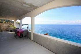 Prostorná stíněná terasa s výhledem na moře