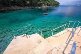 Azurové moře v zátoce