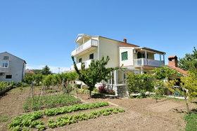 Pohled na dům a zahradu