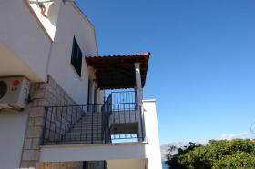 Schodiště k apartmánům na 2. patře